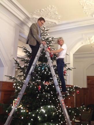 Das Direktorenpaar als Weihnachtsengel...